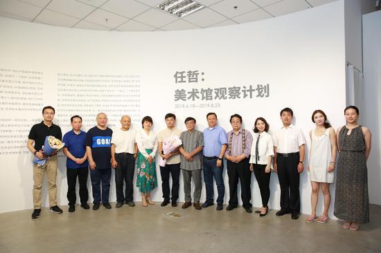嘉宾合影(从左至右)展览策展人