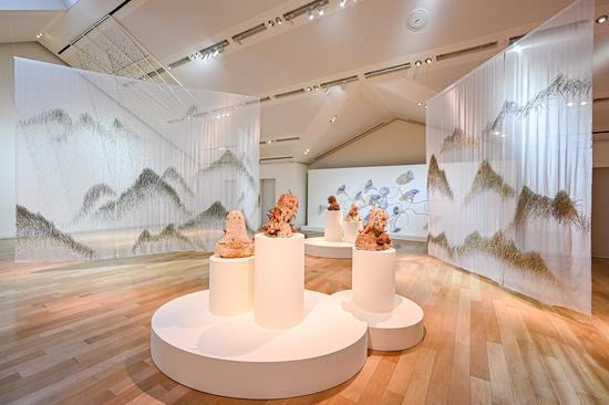 """上海""""爱马仕之家""""携手华人艺术家闫晓静女士,呈现《梦之秘境》艺术展,通过一系列沉浸式装置、不同材料间的对话以及多元介质之间的蜕变,打造出一场意象丰饶的观展体验。"""