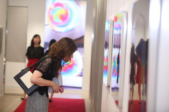 《明镜·印象》系列具有画作与雕塑两种不同的特色,随着环境条件的变化,而有不同的解读风光