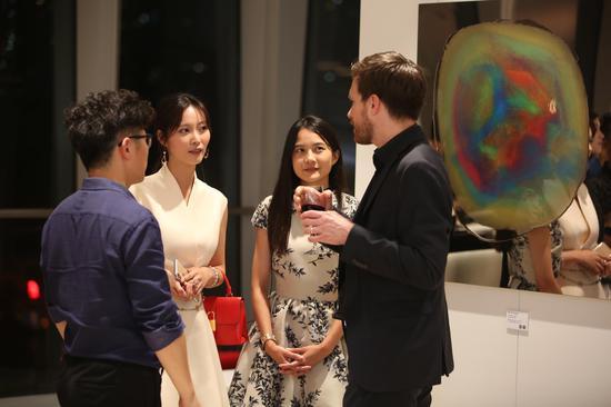 艺术家玛馨玲月亲自与国际建筑界菁英解说画作创作理念