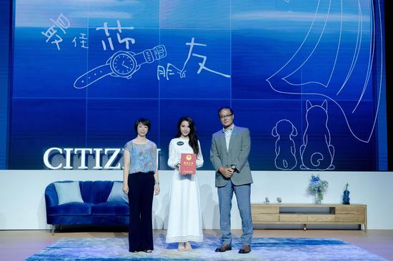 中国儿童少年基金会主任梁文美为田馥甄颁发纪念证书