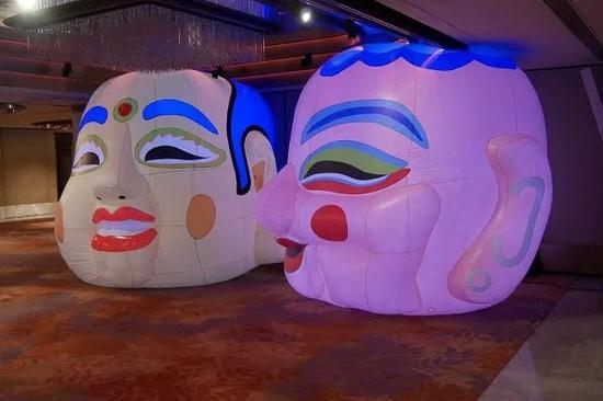《盛世》东波西波,2018,大头娃娃声音灯光装置,300 x 300厘米