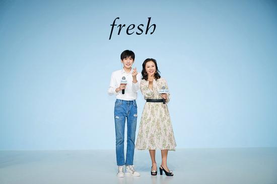 """""""源气满满""""发布会现场-Fresh中国区总经理Stella Ye女士与代言人王源现场合影"""