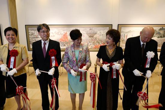 画家傅益瑶与日本东京都知事小池百合子等嘉宾共同为画展开幕剪彩