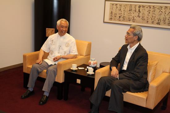 台北故宫博物院副院长何传磬(右)