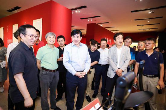 中央委员、中国文联党组书记、副主席、书记处书记李屹等领导一行参观展览