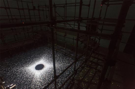 """作品名称:《时间回廊》作者:UFO媒体实验室 材质:影像,声音,建筑结构 尺寸:900*600*500cm 年代:2019 《时间回廊》作品是集合空间、视觉、行为、听觉等经验来探讨色彩讯息与时间关系的作品。在整个作品中,观者可以不断游走于空间之中,真实的时空和虚拟的时空交织。沉浸在一种虚拟数码世界的无文字的描述中。整个团队作品将利用空间的特殊结构,来讨论黑空间中,光影折射间相互动态的视觉关系。制造一个巨大的无边界的科幻未来色彩。其作品中的影像部分也将形成一种""""高能GRB""""的数码世界。"""
