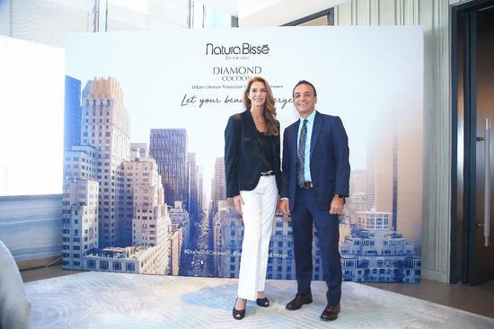 从左至右: Natura Bissé悦碧施全球科研创新高级副总裁Patricia Fisas女士、全球首席商务官Juan Albanell先生