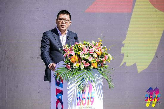 本届艺术节参展机构代表、北京画廊协会会长夏季风在开幕式上发言