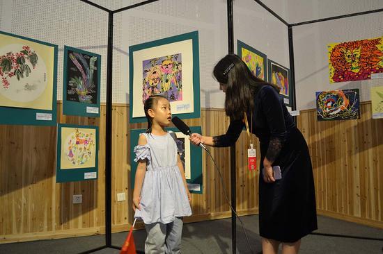 入选小艺术家代表接受组委会采访
