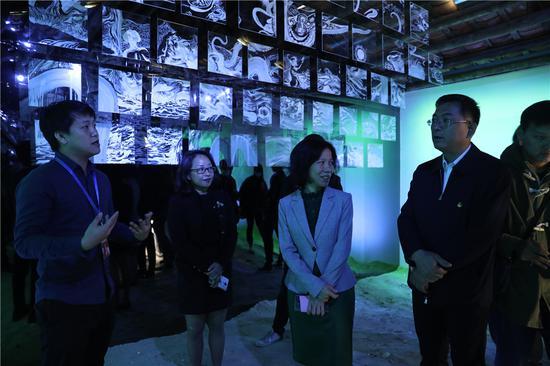 11月14号上午,驻留项目圆满开幕,由策展人曾臻与艺术家王海龙,毛泽皓进行作品导览