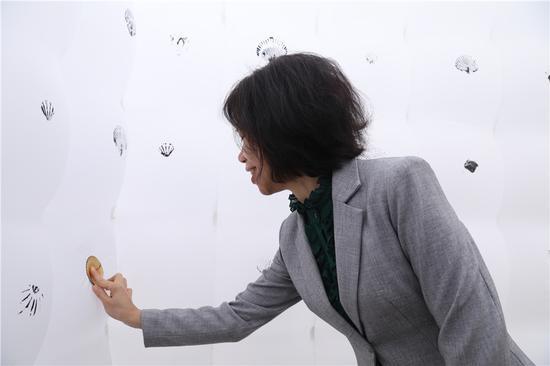 市人大副主任,北海总工会主席柳金红女士与作品互动