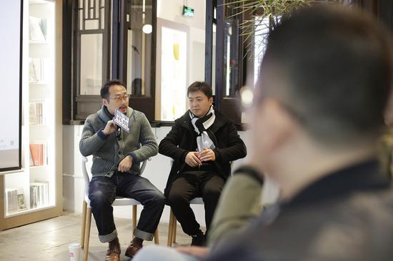 艺术家单鼎凯(左)讲述自己的创作体验