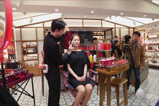 韩国专业美妆老师现场展示护肤彩妆秀