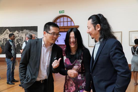 孔子学院吴院长、艺术家杨桦、策展人张思永现场交流中