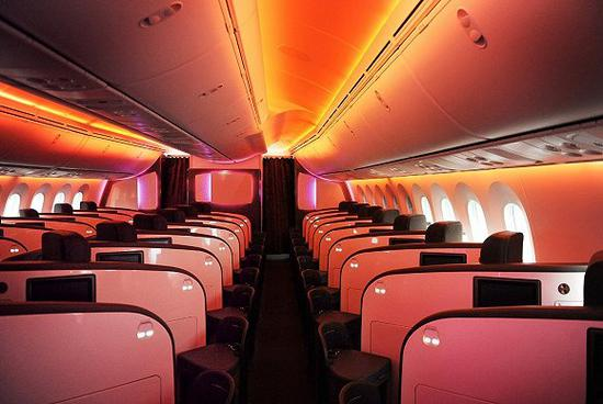 飞机客舱常用暖色灯光模拟日出,帮乘客调时差