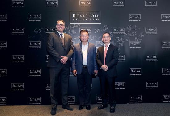 从左至右:Revision Skincare全球总监Brian、皮肤医学泰斗郑志忠教授、碧捷董事长王振刚先生