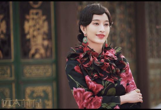 红黑印花的旗袍婀娜又有女人味