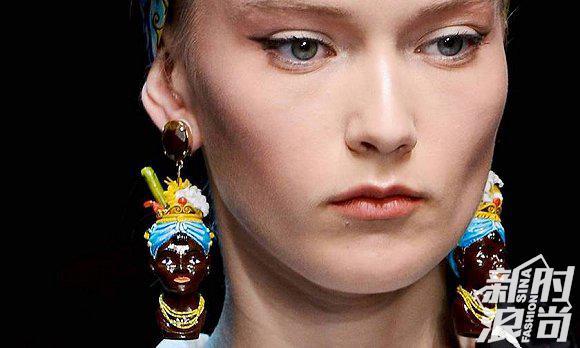 2013年,D&G的女模走秀时戴着黑人厨娘形象的耳环