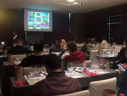 张沛(Flora)老师从产区风土、葡萄种植等方面带领葡萄酒行业专业人士深入了解尼姆产区。