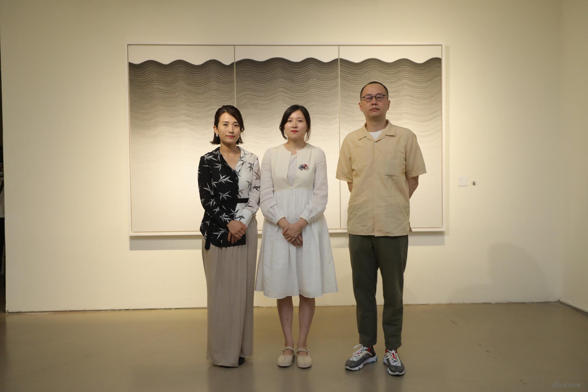左起:今日美术馆发展副馆长刘树惠,艺术家戴莹,策展人孙冬冬