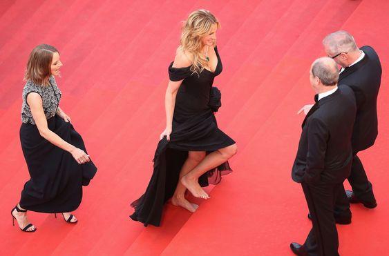Julia Roberts赤脚走红毯