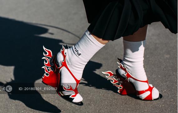 夸张装饰元素鞋跟