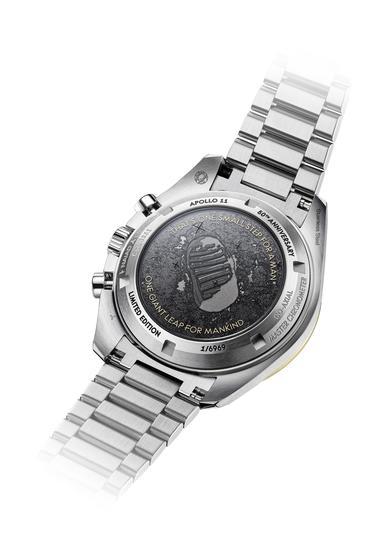 表背的设计也别具特色,是人类在月球上留下的第一个脚印