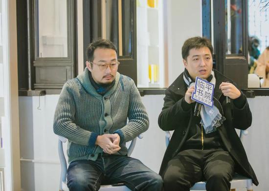 南京艺术学院美术馆副馆长郑闻(右)分享策展案例