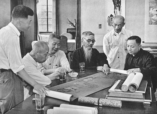 新中国成立后,林风眠(右二)跟随专家组,学习品鉴古代绘画作品