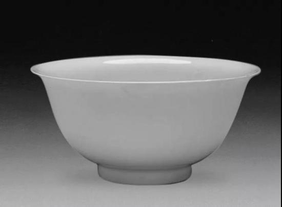 台北故宫博物院藏永乐甜白釉双龙小碗,口径10厘米