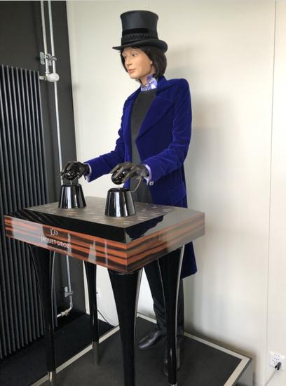 雅克德罗工坊入口处的自动人偶腕表展示台