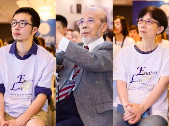 祖孙三代倾力公益:曹鹏(左二)、曹小夏(右一)、丹尼尔(左一);
