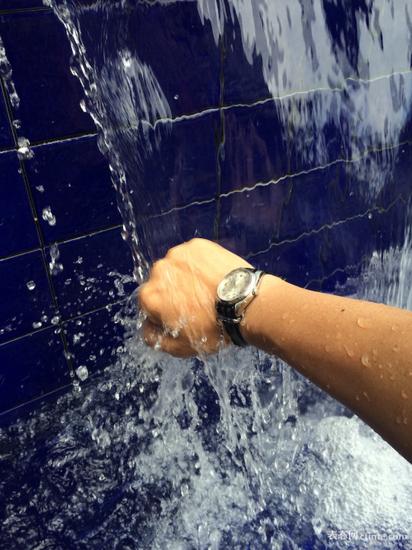 个人运动时最适宜的表款,34mm,从湄南河畔的游泳池到独立大街的保龄球馆,永伴腕间。我的手腕偏细,大多数人放大到39mm应该无妨