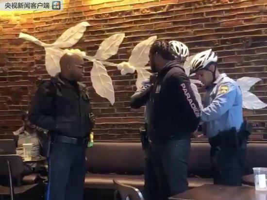 两名黑人在星巴克被美国警察逮捕