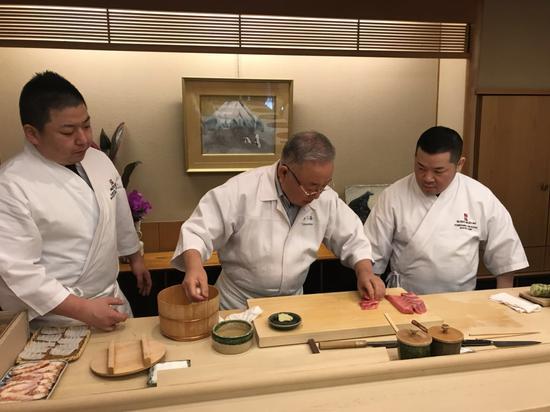 寿司大师和他的徒弟(陈晓卿供图)