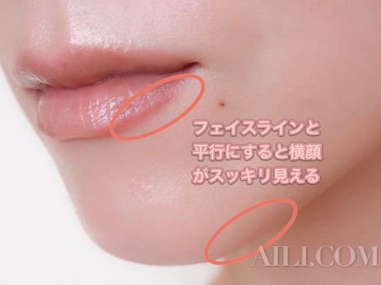 下唇底线的部分用比较深的颜色进行勾勒