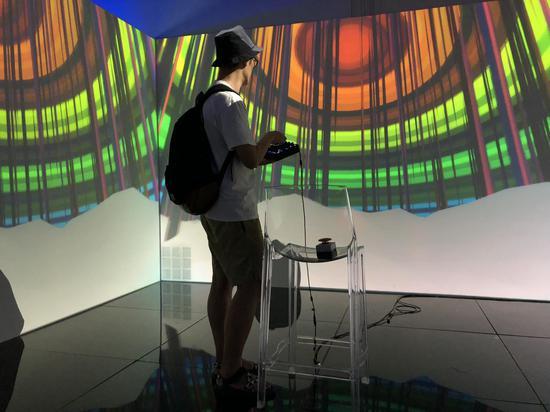 观众在现场体验互动艺术游戏