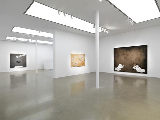 Installation view, 'Antoni Ta?pies' at Timothy Taylor, London 2013。 Image courtesy of Timothy Taylor London/New York