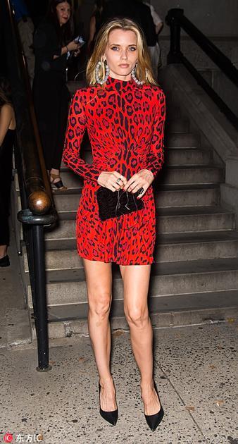超模穿红色豹纹连衣裙