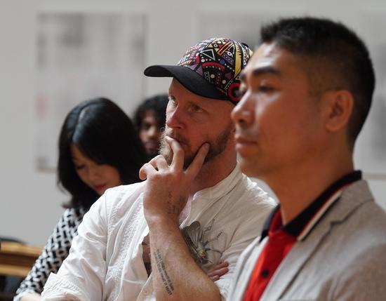 艺术家 罗里·克洛普、南非华文教育基金会陈松华会长