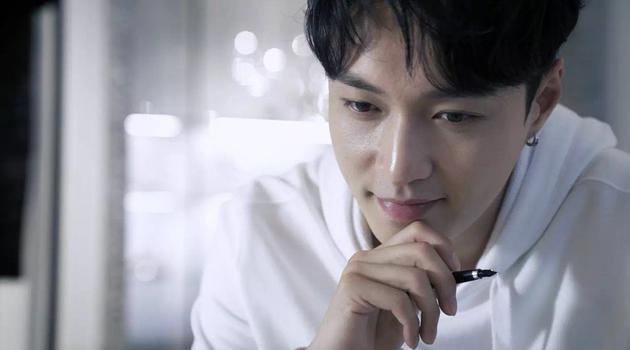 """张艺兴演绎Valentino七夕限定系列"""" Be my VLTN"""""""