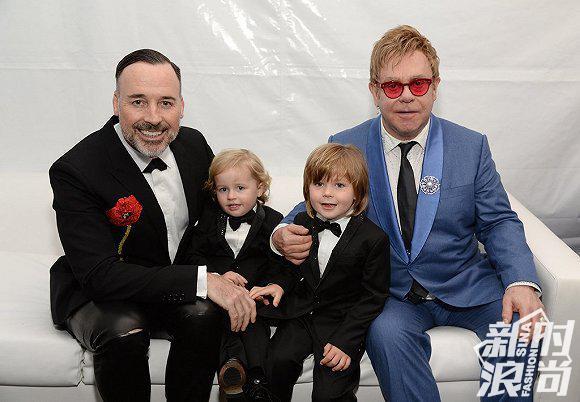 """英国知名歌手Elton John(右一)曾因为品牌两位创始人就""""试管婴儿""""的相关负面言论,而抵制Dolce&Gabbana"""