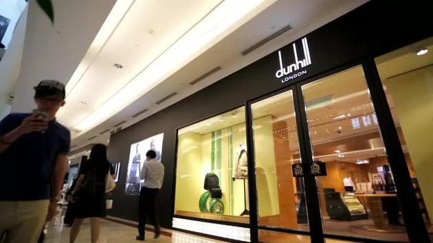 1992年,Dunhill在成立100年之际正式进军中国市场,并迅速扩张,成为最早被中国消费者所熟知的欧洲奢侈品牌之一