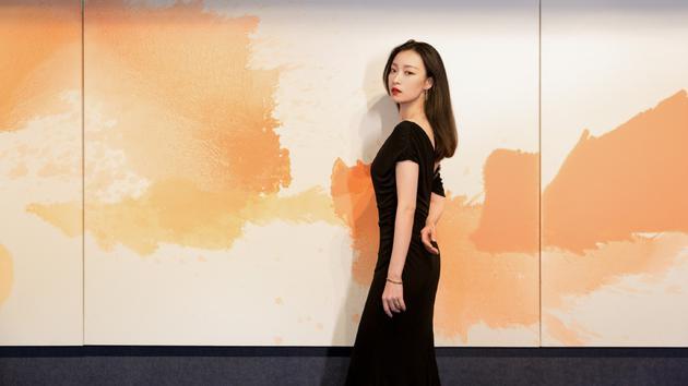 倪妮穿黑色裹身裙