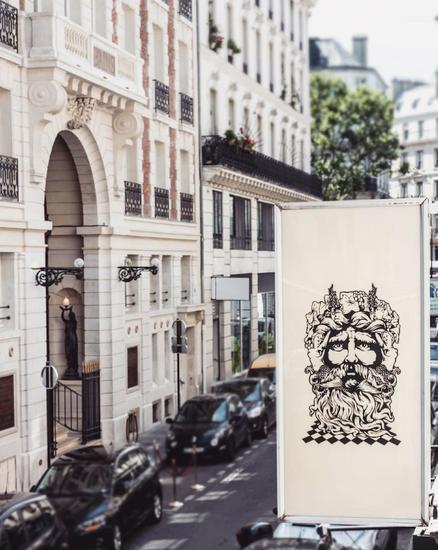 单从建筑外观看,无异于周围普通的欧式建筑,但入门后,仿佛进入了一个全新的世界。© Guillaume Grasset