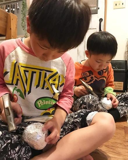 日本小学生制作铝箔球