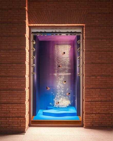 """上海""""爱马仕之家"""" 《寄梦》夏季橱窗以不同材质组件的悬吊技法打造出时而具象时而虚幻的视觉效果,象征着过去、当下与未来的联结。"""