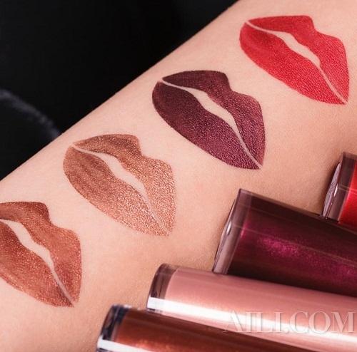 深红、紫红、玫瑰红色等十分高调的颜色,混入一点金属感,更显性感的氛围