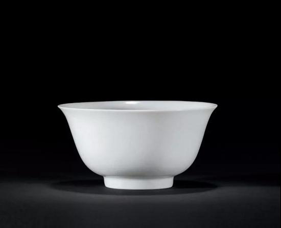 "Lot 874?明宣德?甜白釉暗刻云龙纹小碗   10.6cm。 Diam。   款识:""大明宣德年制""六字二行楷书款"